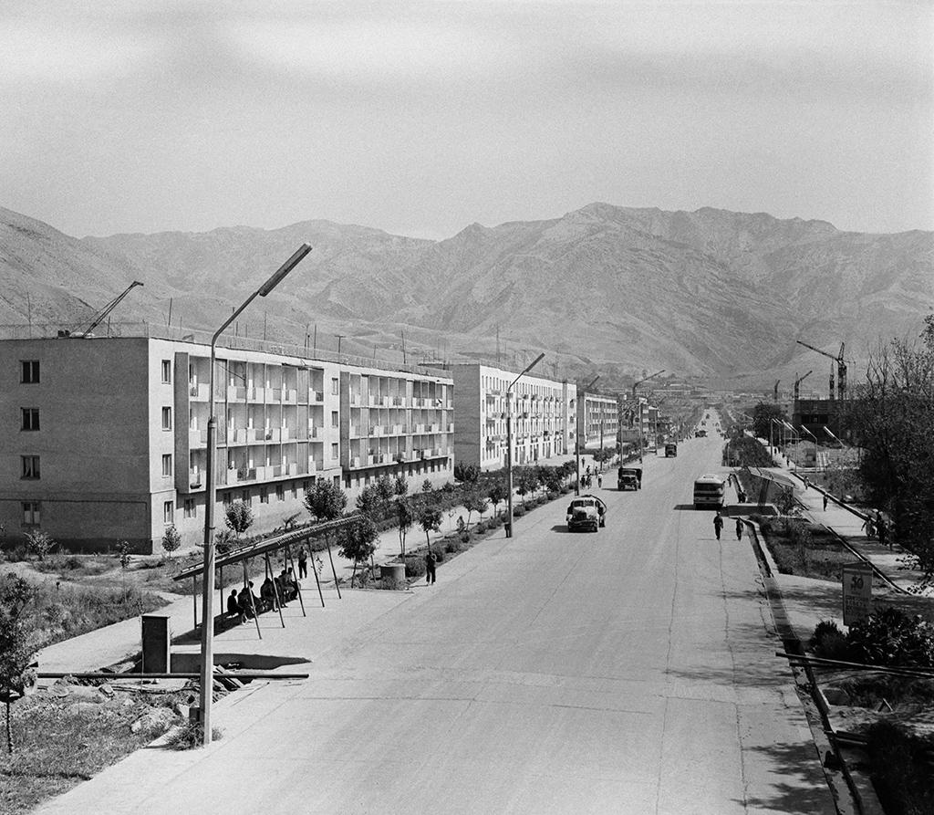 На одной изцентральных улиц города Нурека, ТаджикскаяССР. 1967 год