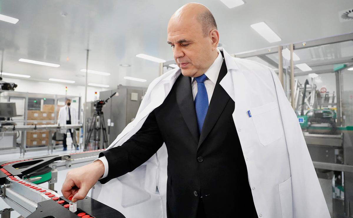 Мишустин взял на память флакон с вакциной против COVID и пошутил о цене