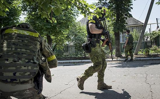 Украинские военные в поселке Марьинка, 4 июня 2015 года