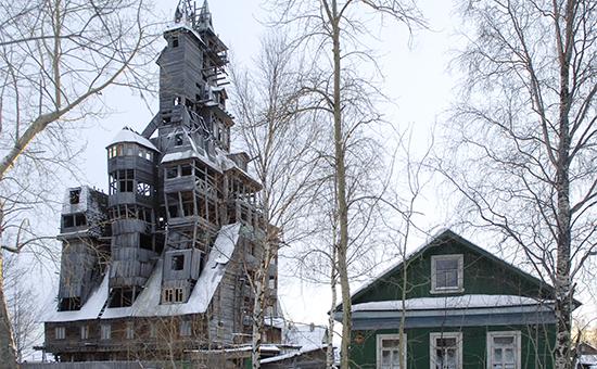 Деревянный дом, построенный Николаем Сутягиным (слева). 2007 год