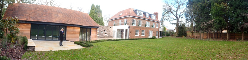 Двор позади дома, в постройке слева - крытый бассейн и тренажерный зал