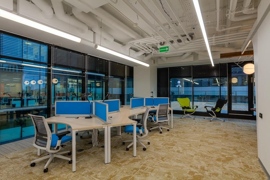 Из панорамных окон офиса открывается вид на центр города