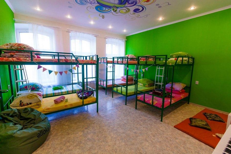 Комнаты сделаны тематическими. 14-местная называется спортивной, 10-местная—музыкальной, 8-местная получила название «камеди», двухместная считается семейной