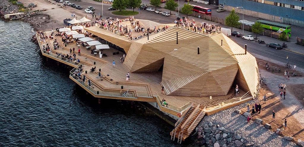 В тойже номинации призовое место занял проект финской фирмы Avanto Architects. Они тоже построили сауну, но, в отличие от уединенного грота Partisans, их работа возведена на публичном пляже и совмещена с рестораном