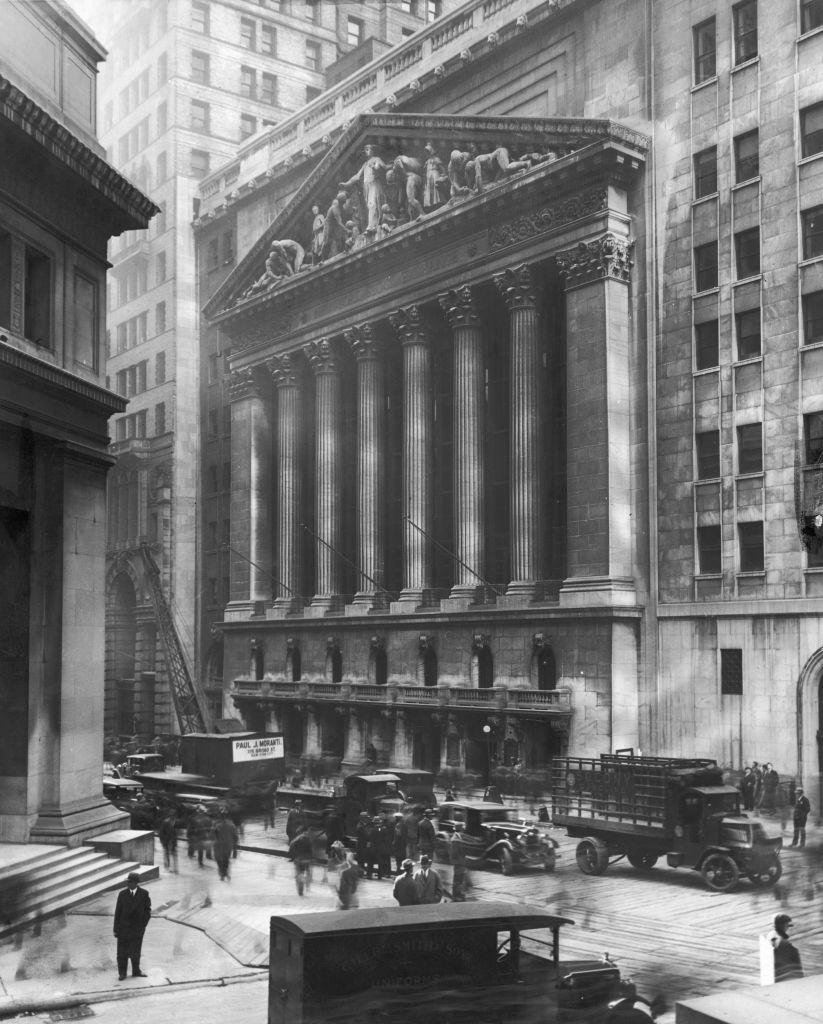 Фасад Нью-Йоркской фондовой биржи на Уолл-стрит с офисами JP Morgan & Co слева. 1930 год