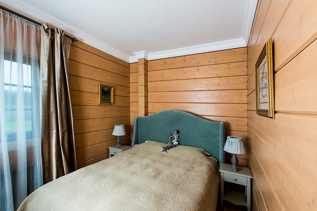 На фото: спальня напервом этаже