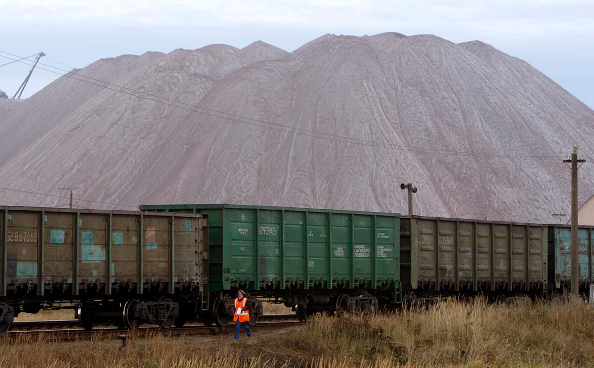 Вагоны на фоне отвалов на руднике Беларуськалий