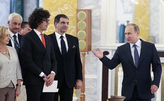 Президент России Владимир Путин (справа) на встрече с руководителями российских промышленных компаний в рамках XIX Петербургского экономического форума