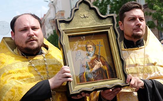 Участники крестного хода и торжественной литургии в День крещения Руси