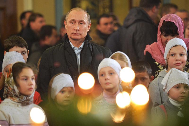 Президент России Владимир Путин на рождественском богослужении в деревне Тургиново Тверской области
