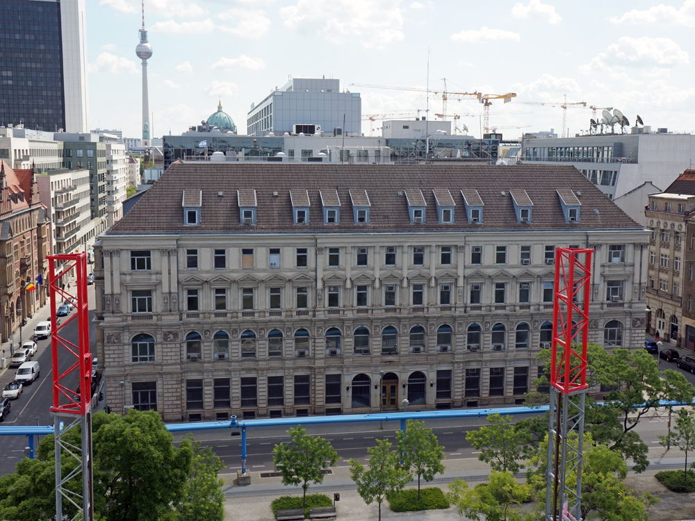 Напротив строящегося комплекса Lux располагается бывшее здание посольства США в ГДР
