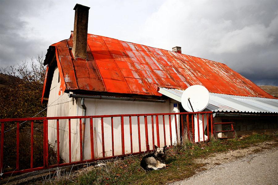 Ратко Младич родился 12 марта 1943 года в семье боснийских сербов в деревне Божиновичи в Боснии и Герцеговине.  Отец Младича был убит на фронте в 1945 году. В конце 1950-х его семья переехала в столицу союзной Югославии Белград.