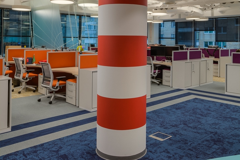 В центре open space установлена колонна в виде маяка
