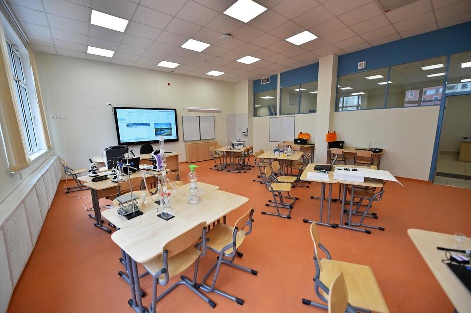 Многие классы оснащены дополнительным инструментарием для занятий естественными и точными науками. В школе также есть оборудование для занятий робототехникой, иностранными языками, информатикой