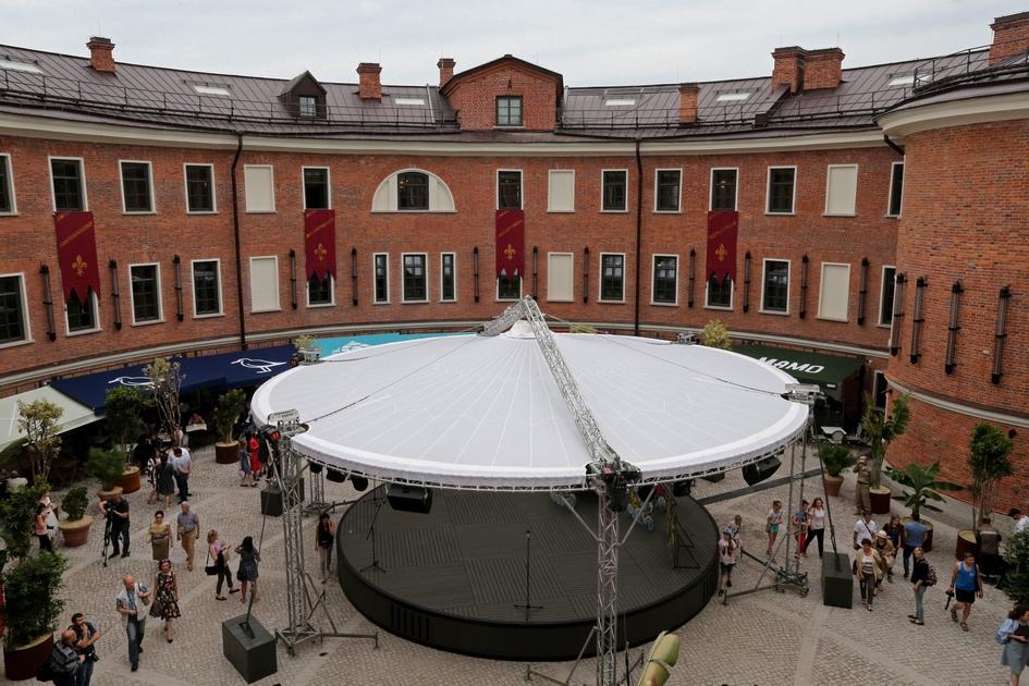 Во внутреннем дворе оборудована малая сцена для различных мероприятий. Здесь будут проходить концерты, кинопоказы и другие события