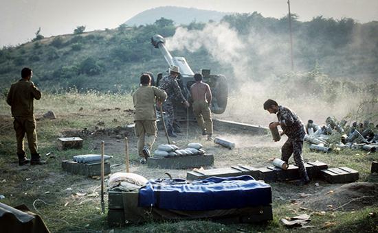 Азербайджанская артиллерийская установка ведет огонь в зоне армяно-азербайджанского конфликта в Нагорном Карабахе. Фото 1992 года