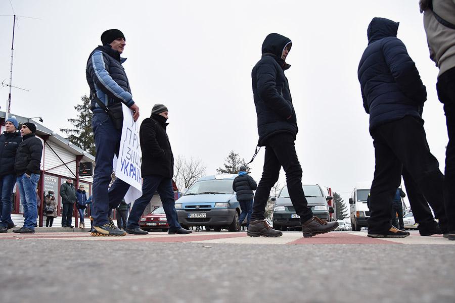 Активисты перекрыли дороги на границе Украины с Польшей в знак протеста против изменений в таможенном законодательстве Украины, которые вступили в силу с 1 января 2018 года.