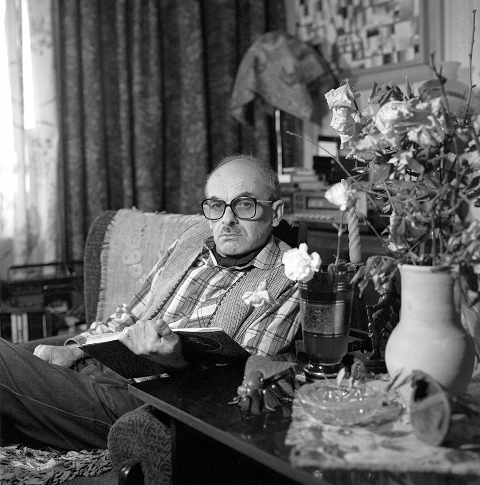 Поэт, прозаик, киносценарист Булат Окуджава в домашней обстановке. 1982 год