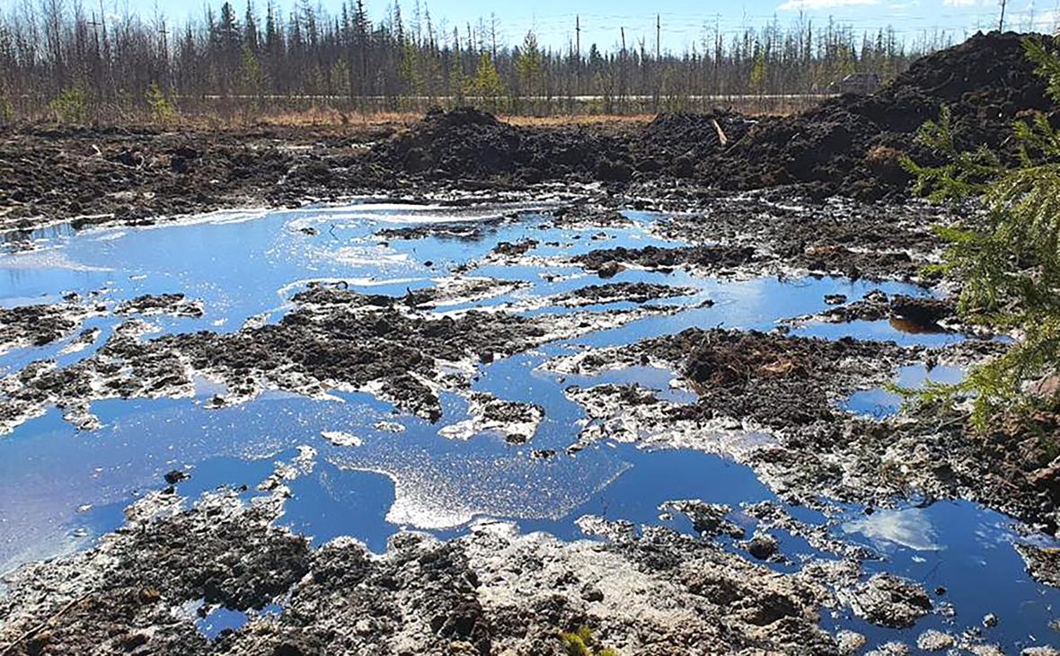 Место порыва внутрипромыслового подземного нефтепровода на территории Карамовского месторождения