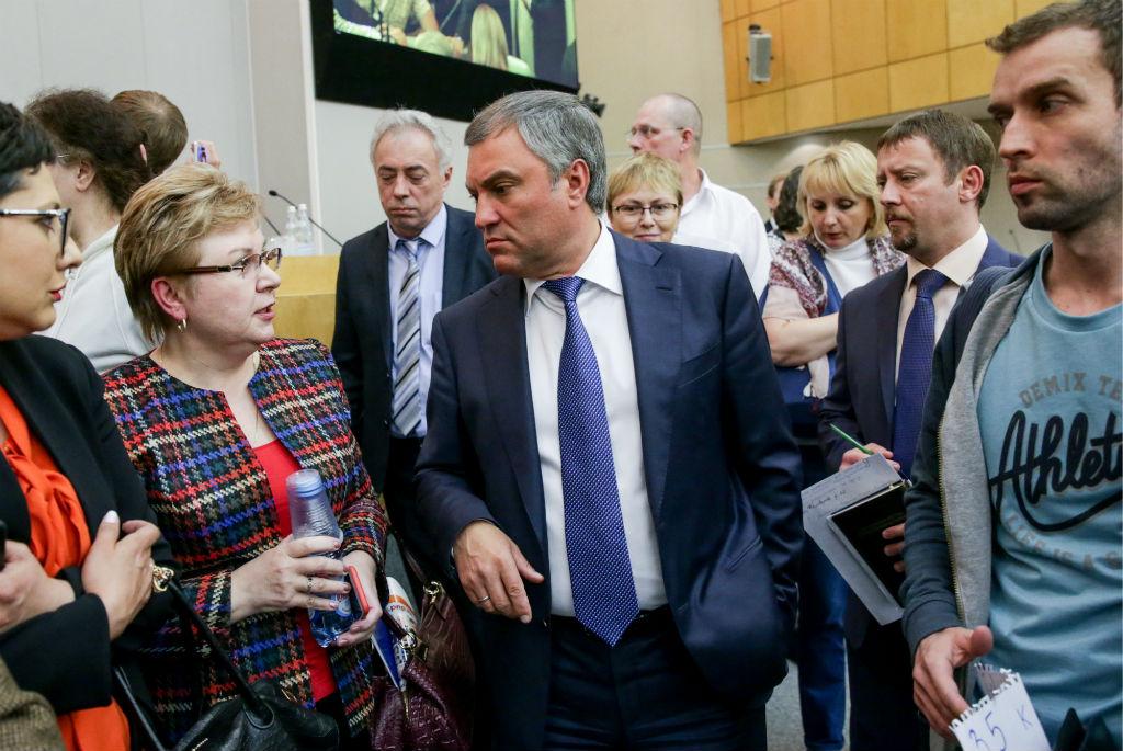 Спикер Госдумы РФ Вячеслав Володин (в центре) напарламентских слушаниях вГосдуме