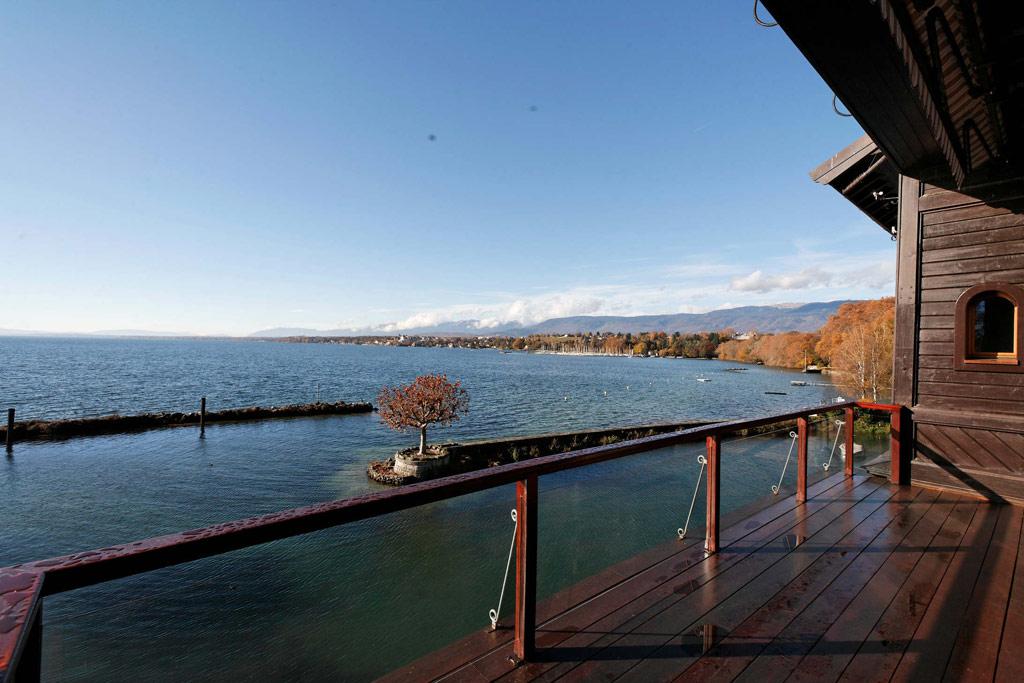 На уровне подвального этажа находится маленькая пристань с лодками, из которой можно выплыть в частную бухту площадью 5 тыс. кв. м — самую большую на Женевском озере
