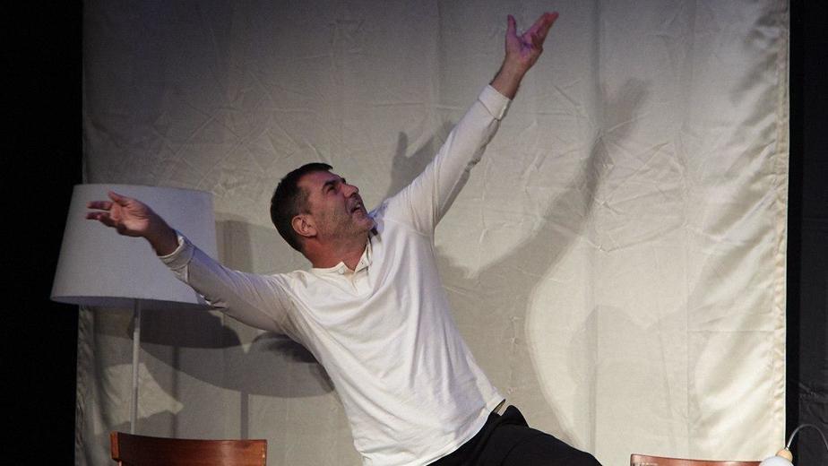 На фото: Евгений Гришковец на сцене калининградского театра