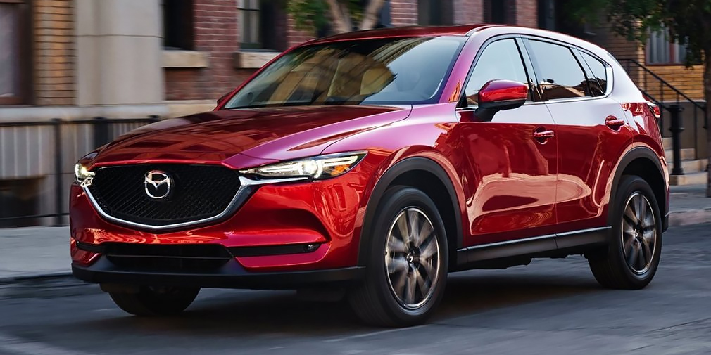 Кроссовер Mazda CX-5 построен на модернизированной платформе Skyactiv и серьезно изменился внешне. Кузов стал чуть короче и шире, а его жесткость увеличилась. Кроме того, была улучшена шумоизоляция. Объем багажника вырос на 5 л, до 505 литров и не исключено, что в будущем появится семиместная версия. В списке оснащения есть пакет помощи водителю i-ActiveSense с активным круиз-контролем и системой распознавания дорожных знаков. Система G-Vectoring Control помогает проходить повороты.