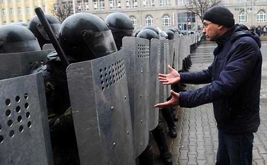 Полиция и участник несанкционированной акции «Марш рассерженных белорусов». 25 марта 2017 года