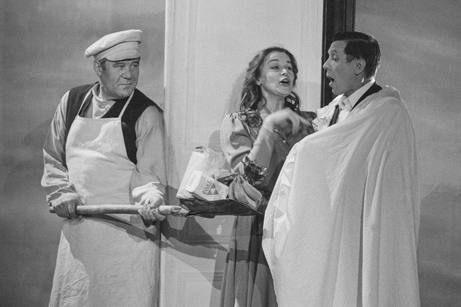 Актеры Виталий Шаповалов, Анна Агапова и Валерий Золотухин (слева направо) в спектакле «Доктор Живаго». 1993 год