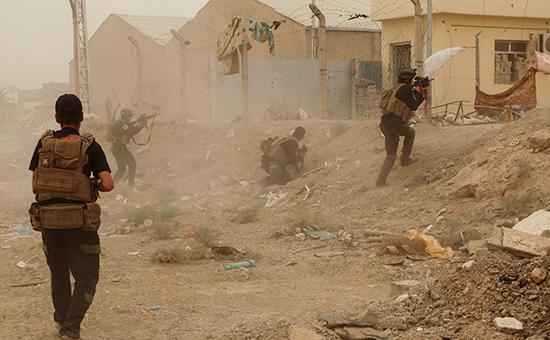 Иракские солдаты отбивают атаку боевиков «Исламского государства». Архивное фото