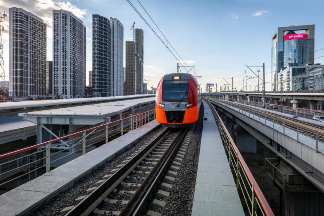 Пассажирский поезд «Ласточка» в районе станции «Деловой центр»