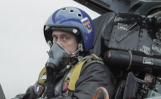 Президент России Владимир Путин в кабине истребителя-перехватчика СУ-27. Архивное фото