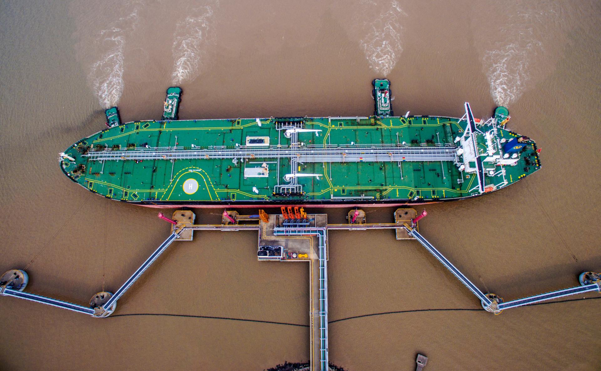 Разгрузка нефтяного танкера вЧжоушане, Китай