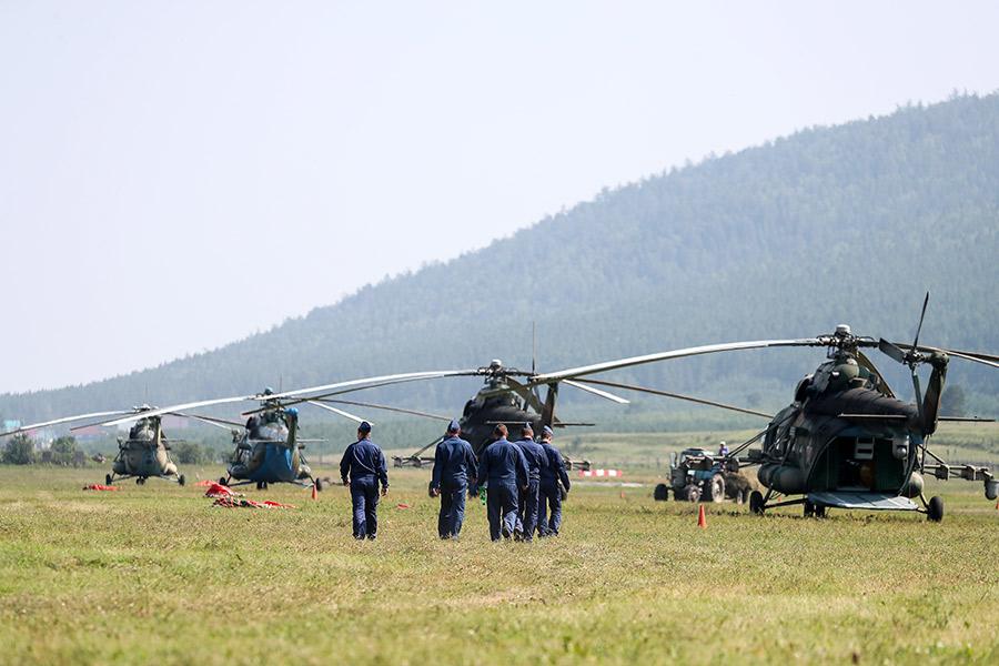 Вертолеты Ми-8 состава армейской авиации около села Богучаны Красноярского края