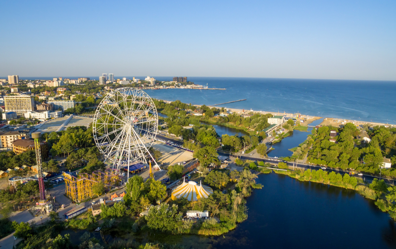 По данным ЦИАН, в летний период в городах на побережье Черного моря число сделок с новостройками снизилось на четверть. Причина— дефицит доступного предложения