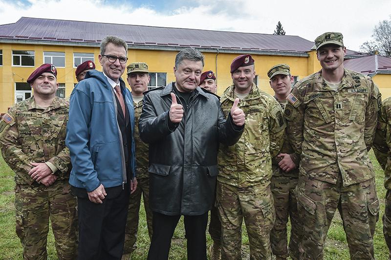 Посол США на Украине Джеффри Пайетт ипрезидент Украины Петр Порошенково время открытия украинско-американских командно-штабных учений.