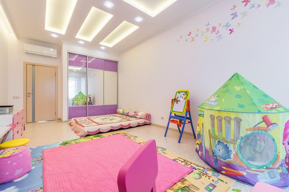 Изюминка детской в корейском стиле — это отсутствие кровати. Ее место занял матрас с цветочным узором. Такое исполнение характерно для традиционного корейского интерьера