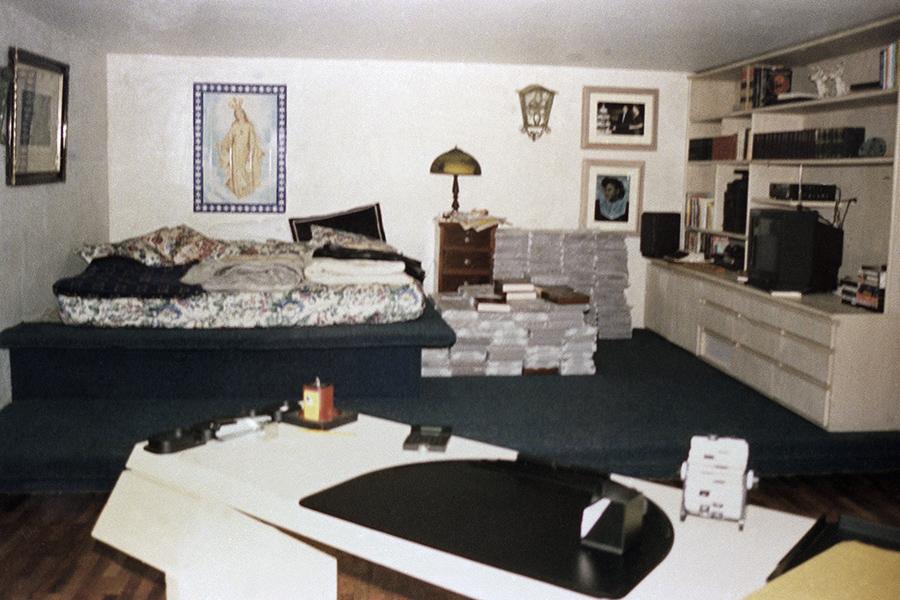 В 1991 году колумбийский наркобарон Пабло Эскобар сдался властям. В обмен на признательные показания по некоторым обвинениям он получил право отбывать свой пятилетний срок в тюрьме «Ла Катедраль», которую построили по его пожеланиям. Тюрьма представляла собой роскошный особняк с двуспальными кроватями, спутниковым телевидением, бассейном, джакузи, тренажерным залом, баром и т.п. Вскоре подробности содержания знаменитого преступника стали достоянием прессы, а власти узнали, что Эскобар продолжает управлять своей империей из заключения, и решили перевести его в другую тюрьму. Тогда наркобарон сбежал. Через полтора года он был убит при задержании.  «Ла Катедраль» долгое время оставалась заброшенной. Все находящееся там имущество было конфисковано. За годы запустения тюрьму опустошили мародеры, а прилегающие к ней земли раскапывали искатели, которые надеялись найти там спрятанные (по легенде) сокровища Эскобара. В 2007 году в здании поселились монахи-бенедиктинцы, которые основали там дом для престарелых и приют для бездомных. Также тюрьма сегодня открыта для туристических экскурсий.