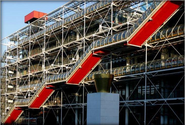 Строительство Центра Помпиду — или Бобура, как парижане называют его в честь квартала, где расположен центр — завершилось в 1977 году. Работа Пьяно и Роджерса была отобрана из 681 проекта архитекторов из 49 стран