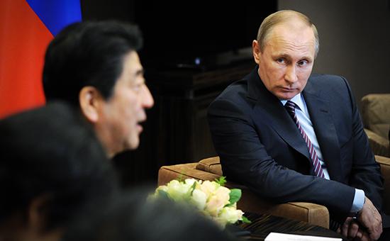 Президент России Владимир Путин (справа) и премьер-министр Японии Синдзо Абэ (слева)