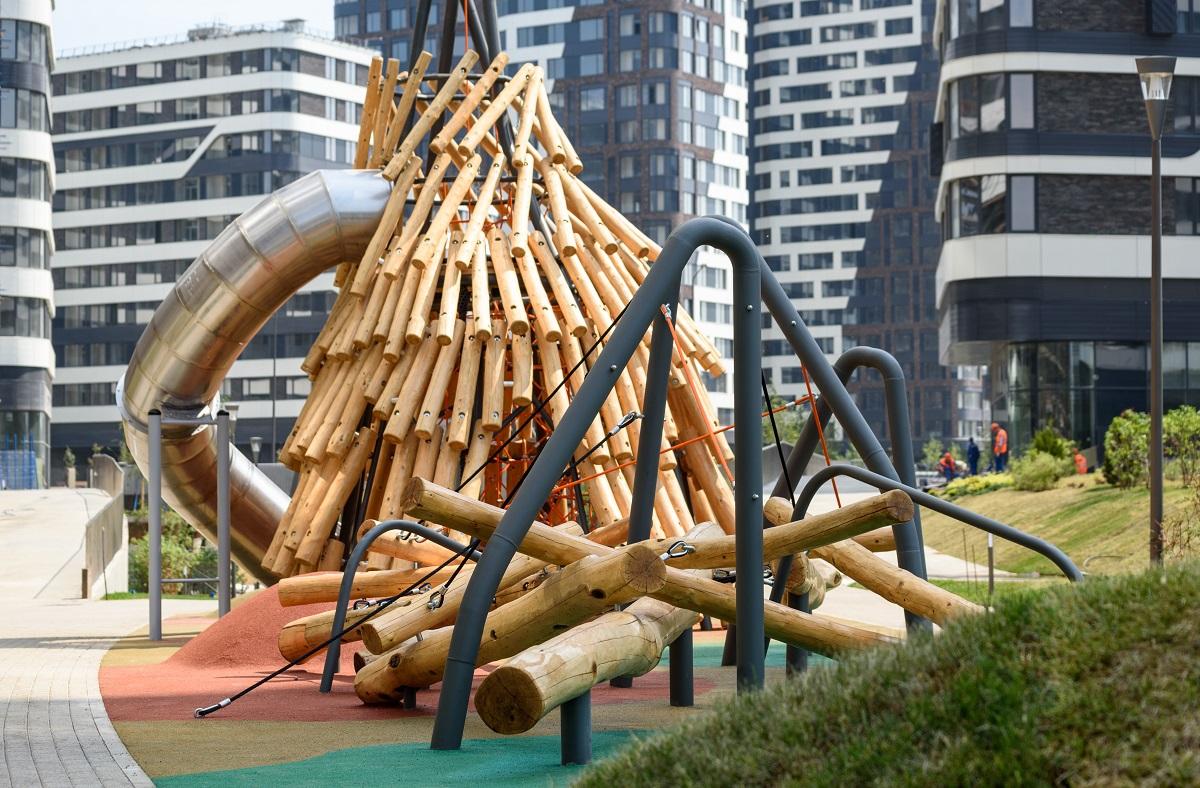 Главным символом детского парка стала уникальная семиметровая игровая конструкция из натурального дуба с канатным лабиринтом внутри