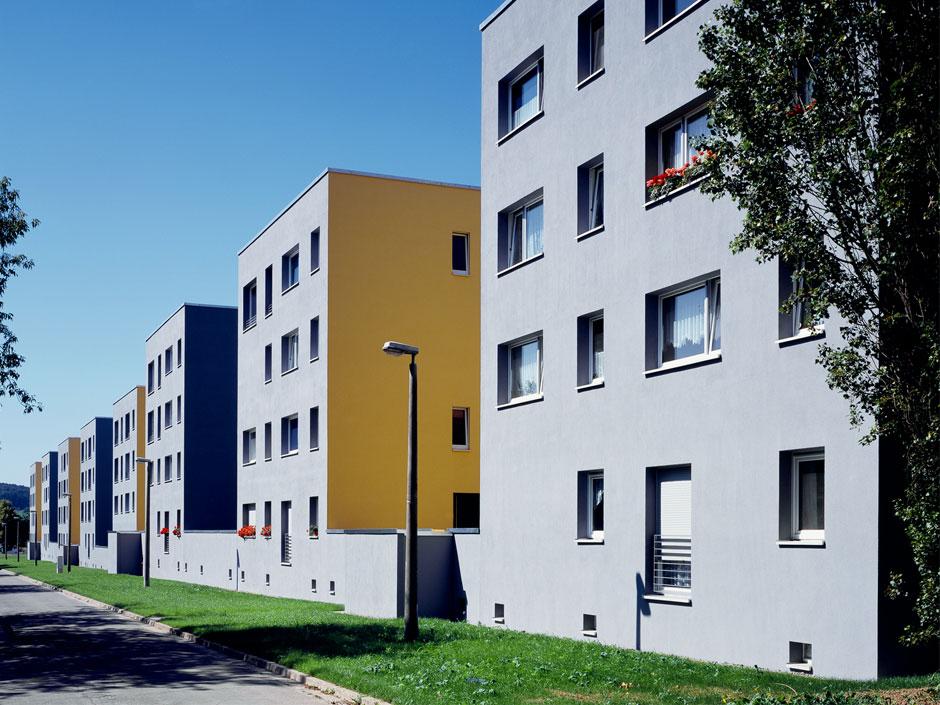 Непрерывная стена соединяет науровне первого этажа восемь блоков свосточной стороны