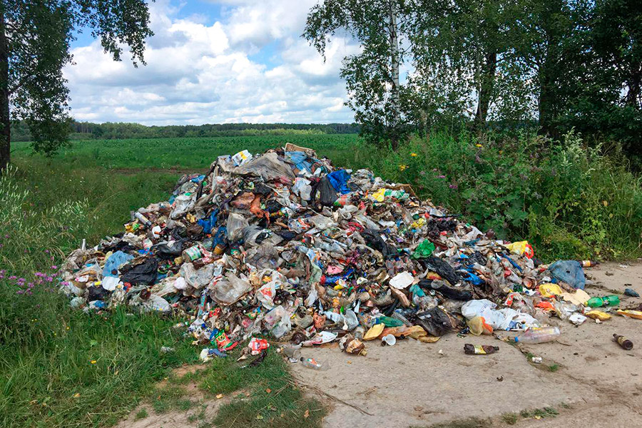 После закрытия по решению суда свалки в Чеховском районе мусоровозы либо не вывозят мусор совсем, либо скидывают егов канавы и леса.
