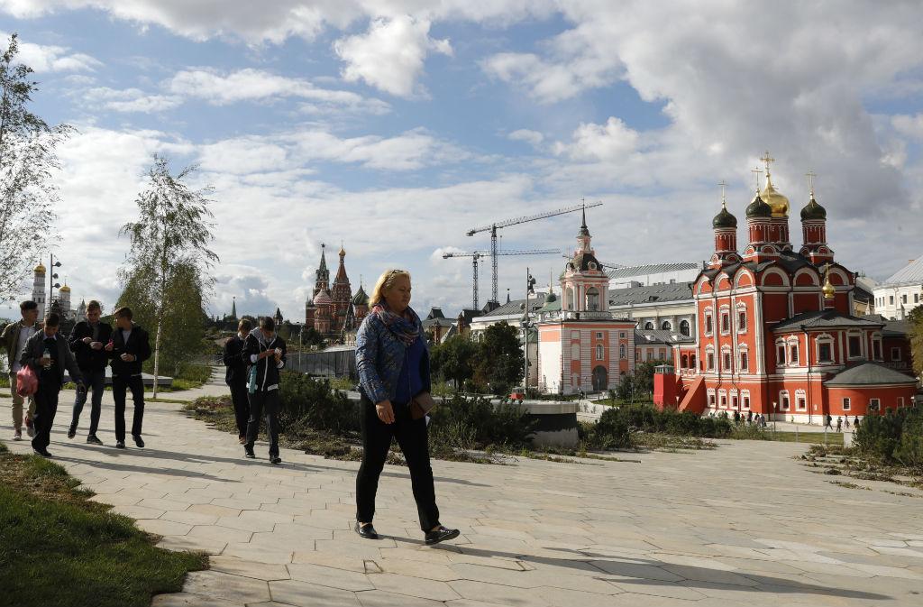 Остальную площадь занимает пешеходная зона, которая спускается до уровня Москвы-реки