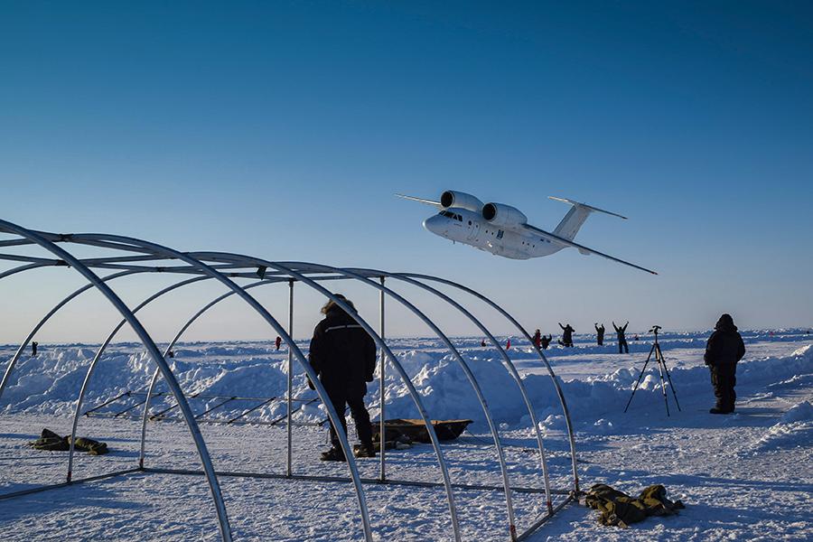 Строительство дрейфующего ледового лагеря «Барнео» в районе Северного полюса в Арктике