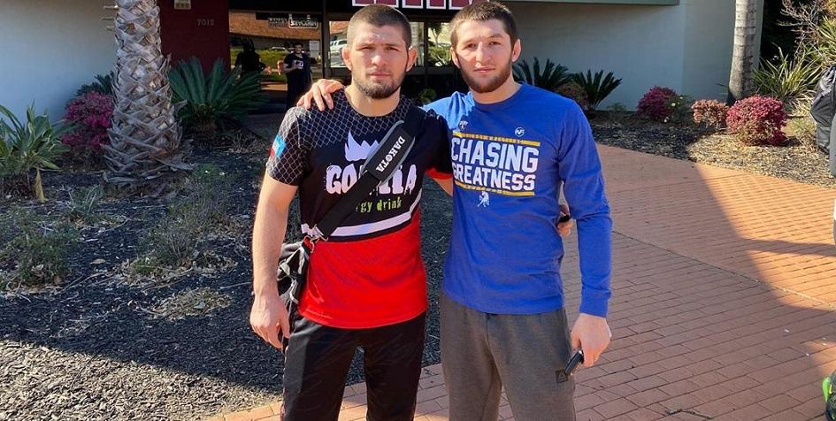 Российский боец смешанных единоборств Тагир Уланбеков (справа) с чемпионом UFC Хабибом Нурмагомедовым