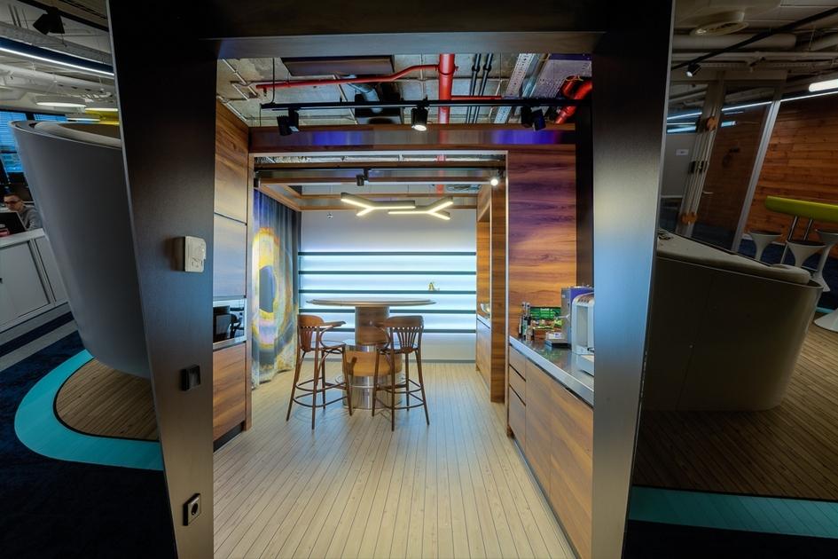 Зона кухни выполнена из светлого дерева, которое традиционно используется в дизайне яхт