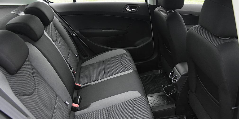 Пассажирам заднего сиденья недостает центрального подлокотника с подстаканниками.