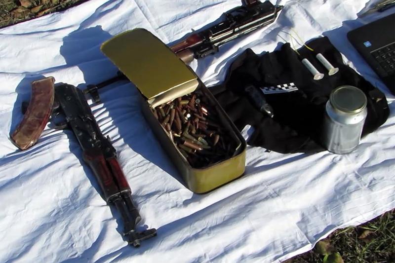 Изъятые боеприпасы вовремя оперативно-розыскных мероприятий, входе которых были задержаны члены преступной группы, связанной сзапрещенной вРоссии международной террористической организацией «Исламское государство»
