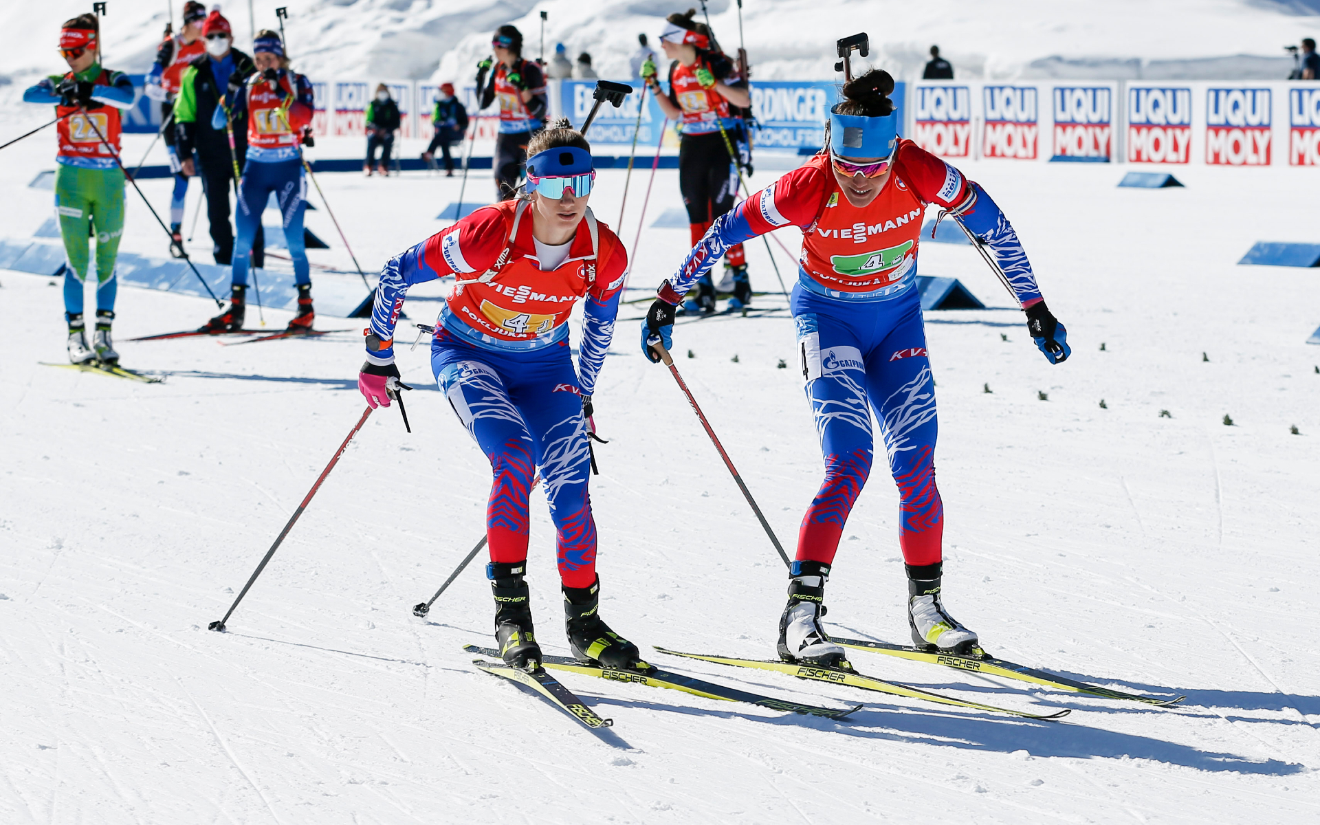 Биатлонистка сборной России Татьяна Акимова (справа) передает эстафету Светлане Мироновой